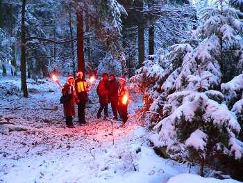 fackelwanderung im winter im wald winterwanderung
